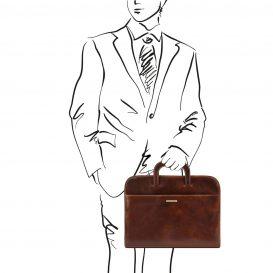 イタリア製ベジタブルタンニンレザーの薄型ブリーフケースSORRENTO、ブラウン、使用イメージ