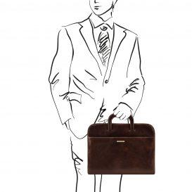 イタリア製ベジタブルタンニンレザーの薄型ブリーフケースSORRENTO、ダークブラウン、使用イメージ