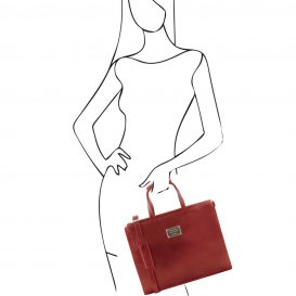 イタリア製ベジタブルタンニンレザーのビジネスバッグ PALERMO、レッド、使用イメージ