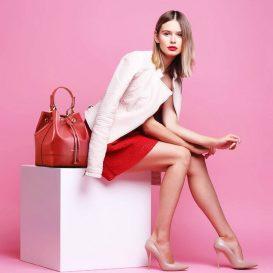 イタリア製MINERVA サフィアーノ・カーフレザーの巾着バッグ、モデルイメージ