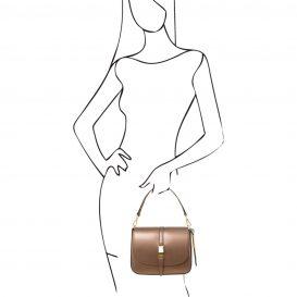 イタリア製NAUSICA メタリック・カーフレザーの2WAYバッグ、モデル使用例、ハンドバッグ使用例、ブロンズ