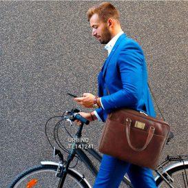 イタリア製男女兼用ベジタブルタンニンレザーのPC搬送ビジネスバッグ、モデルイメージ