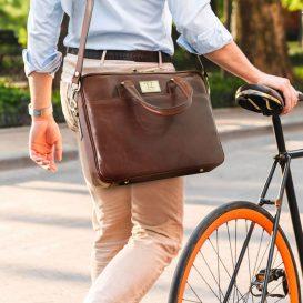イタリア製男女兼用ベジタブルタンニンレザーのPC搬送ビジネスバッグ、使用イメージ