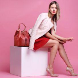 イタリア製MINERVA サフィアーノ・カーフレザーの巾着バッグ、モデル着用イメージ