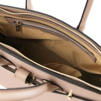 イタリア製スムースレザーのエレガントなハンドバッグ ELETTRA、トープ、詳細4