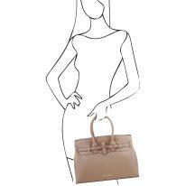 イタリア製スムースレザーのエレガントなハンドバッグ ELETTRA、トープ、詳細6
