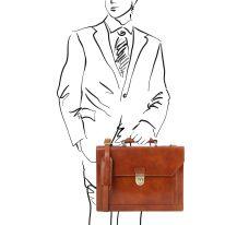 イタリア製ベジタブルタンニンレザーのビジネスバッグ CREMONA、ハニー、使用イメージ