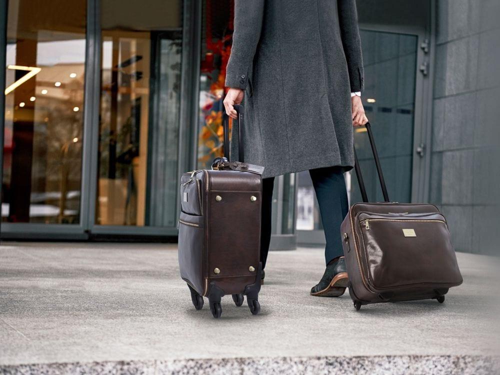 イタリア製旅行レザーバッグ使用イメージ