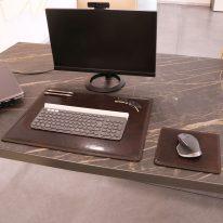 デスクマットとマウスパッドの使用イメージ_ダークブラウン