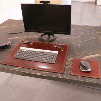 デスクマットとマウスパッドの使用イメージ_ブラウン