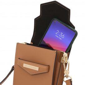 イタリア製スムースレザーのスマートフォン・ミニショルダーバッグTL BAG、使用イメージ