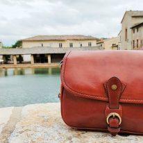 イタリア製ベジタブルタンニンレザーのショルダーバッグ ALESSIA、使用イメージ3