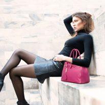 イタリア製シボ型押しレザーのエレガントなハンドバッグTL BAG、フーシャピンク、使用イメージ