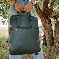 イタリア製シボ型押しソフトレザーのスーツケースに取り付けられるリュックTL BAG、使用イメージ1