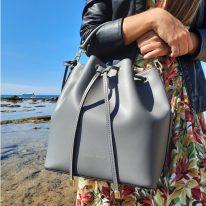イタリア製スムースレザー2WAY巾着バッグ VITTORIA、使用イメージ2