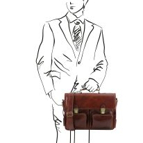 イタリア製ベジタブルタンニンレザーのビジネスバッグ VENTIMIGLIA、ブラウン、使用イメージ